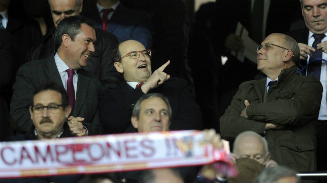 José Castro, en el palco del Sánchez-Pizjuán, junto a Juan Espadas y Juan Carlos Ollero