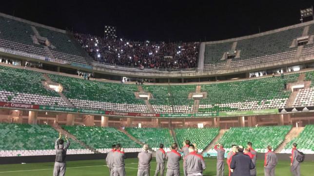 Los jugadores aplauden a la afición sevillista tras el derbi europeo en Heliópolis (Foto: SFC)