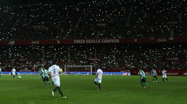 Momento del choque copero disputado este martes en el Sánchez-Pizjuán entre Sevilla FC y Betis (FOTO: RAÚL DOBLADO)