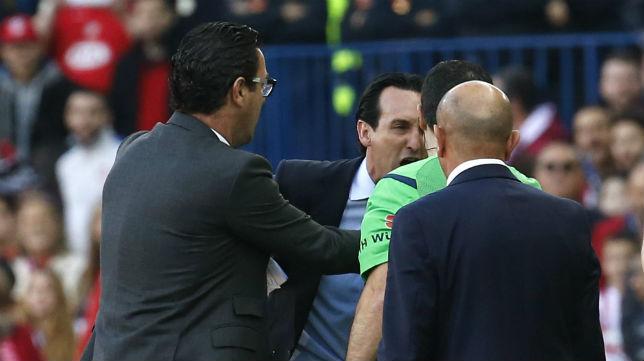 Unai Emery, al ser expulsado por Iglesias Villanueva en el Atlético-Sevilla (Foto: EFE)