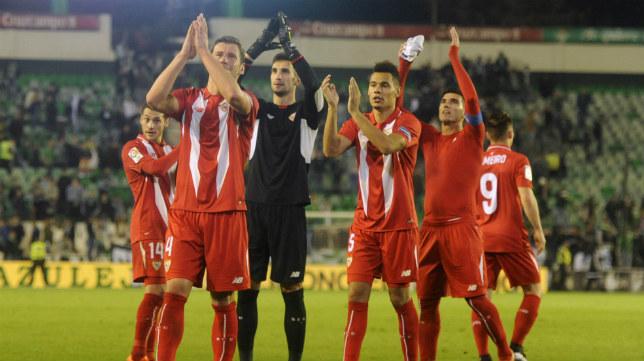 Los jugadores del Sevilla FC saludan a los aficionados tras el 0-2 en el Villamarín en la Copa del Rey