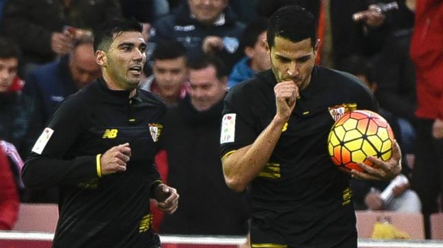 Vitolo celebra junto a Reyes su gol en Granada