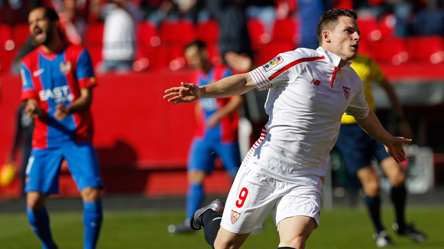 Gameiro celebra el 1-0 del Sevilla FC ante el Levante