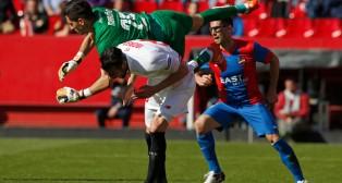 Iborra, con Mariño encima, en un lance del Sevilla FC-Levante