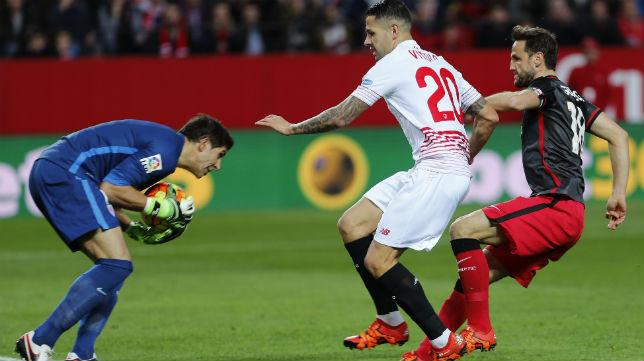 El portero del Athletic Iraizoz atrapa un balón en presencia del sevillista Vitolo (Foto: EFE)