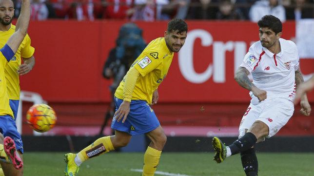 Banega dispara ante Tana para conseguir el primer gol del Sevilla ante la UD Las Palmas