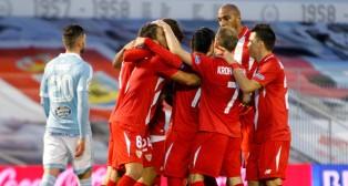 Los jugadores del Sevilla, una piña celebrando el gol de Carriço (Foto: EFE)