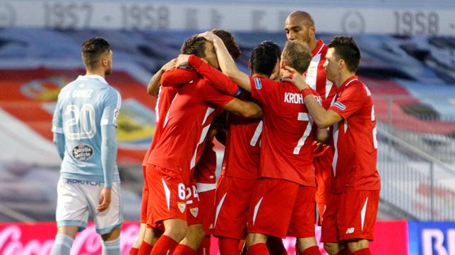 Los jugadores del Sevilla FC, una piña celebrando el gol de Carriço (Foto: EFE)