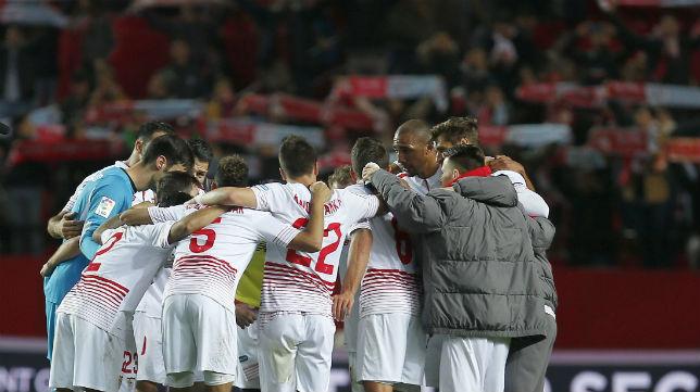 Los jugadores del Sevilla hacen una piña tras ganarle al Celta