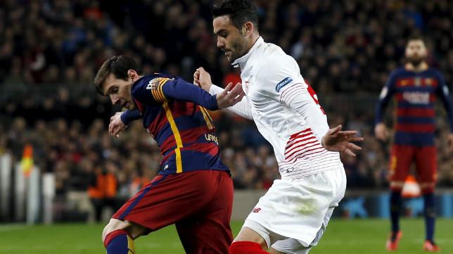 Iborra, junto a Messi, en el Barça-Sevilla de este domingo