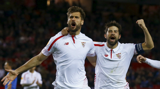 Llorente celebra junto a Coke uno de sus goles al Molde