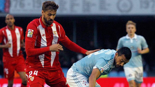 Llorente pugna por un balón en el Celta-Sevilla (Foto: EFE)