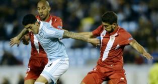 Nzonzi y Carriço intentan tapar al 'Tucu' Hernández en el Celta-Sevilla de la Liga (Foto: AFP)
