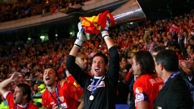 Palop levanta al cielo de Glasgow la Copa de la UEFA del Sevilla del año 2007 (Foto: EPA)