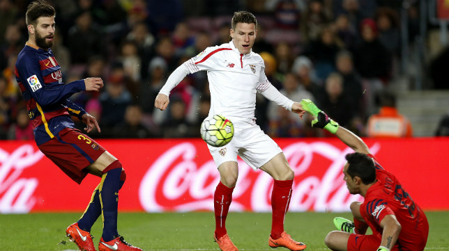 Gameiro, en el Barcelona-Sevilla FC de la Liga