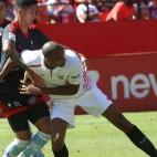 Nzonzi disputa un balón en el Sevilla FC-Celta de esta Liga
