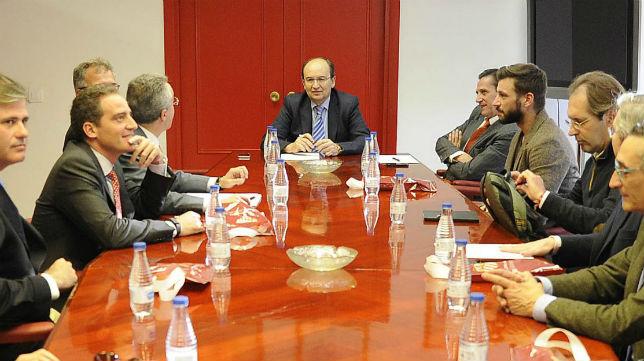 Imagen una reunión entre Castro y Cruz con miembros de la plataforma 'Voz del Sevillismo' (Foto: SFC)
