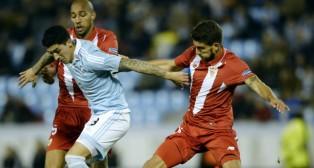 """""""Tucu"""" Hernández disputa un balón con los sevillistas Nzonzi y Carriço"""