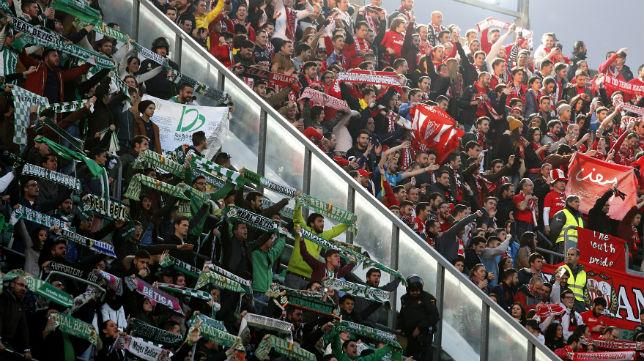 Aficionados del Betis y del Sevilla separados por una mampara en el último derbi copero en el Villamarín