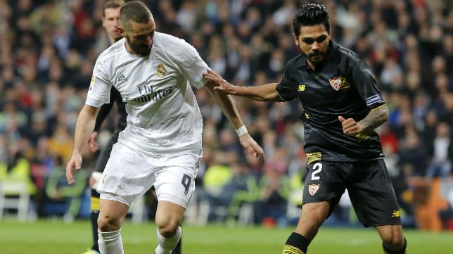 Benzema disputa un balón a Tremoulinas durante el Real Madrid-Sevilla FC