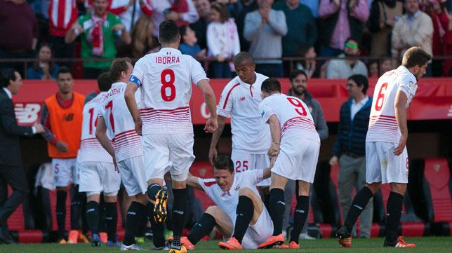 Konoplyanka es felicitado por sus compañeros tras su golazo (Foto: AFP).