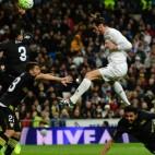 Bale remata de cabeza durante el Real Madrid-Sevilla