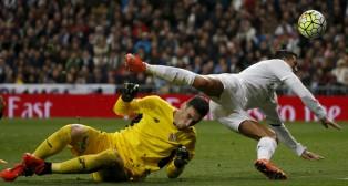 Sergio Rico sale ante Cristiano Ronaldo (Foto: Reuters)