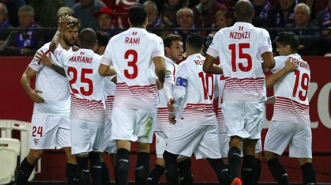 Llorente, felicitado por sus compañeros del Sevilla tras marcar al Eibar