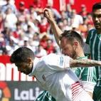 Banega trata de marcharse de Westermann en el derbi jugado en el Sánchez-Pizjuán (Foto: EFE)