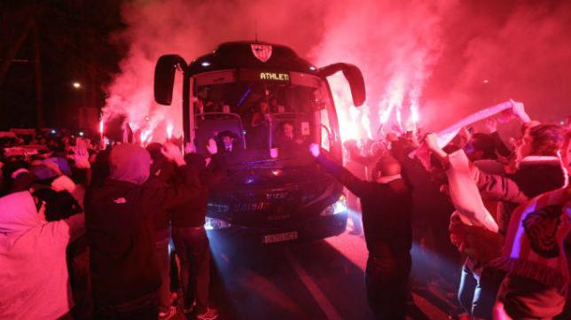 El autocar del Athletic es recibido entre bengalas