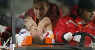 Michael Krohn-Dehli es retirado en camilla tras su lesión en el Arena Lviv