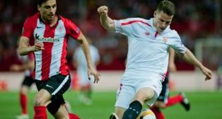 Gameiro controla el balón ante el futbolista del Athletic Bóveda en el partido de la Liga Europa jugado en Nervión (Foto: AFP)