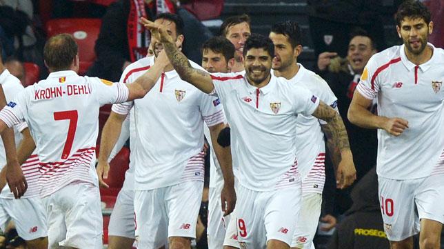 Los jugadores sevillistas celebran el gol que supuso el 1-1 en San Mamés