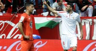 El sevillista Iborra celebra el gol anotado ante el Deportivo en Nervión (Foto: J. J. Úbeda)