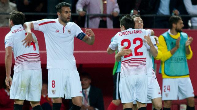 Los jugadores del Sevilla se abrazan el jueves en Nervión