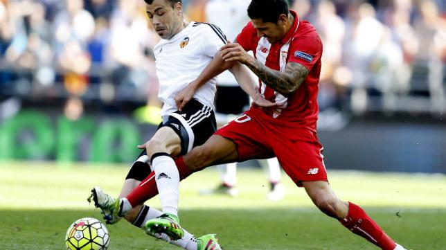 Vitolo intenta arrebatar el balón a Javi Fuego durante el Valencia-Sevilla FC
