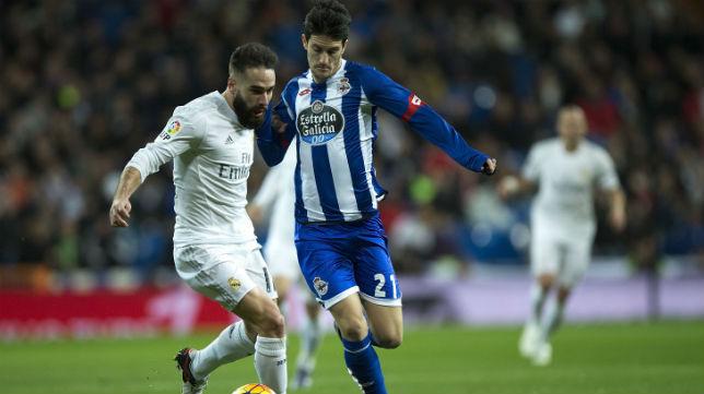 El jugador del Deportivo Luis Alberto disputa un balón con el madridista Carvajal (Foto: AFP)