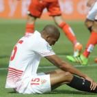 Nzonzi, en el suelo, durante el Sevilla FC-Deportivo