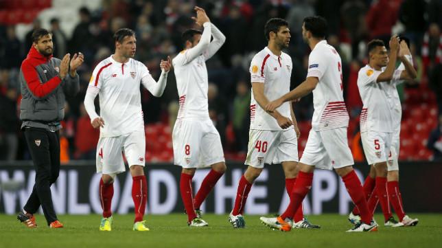 Los jugadores del Sevilla FC, en san Mamés durante la ida de cuartos de la Europa League