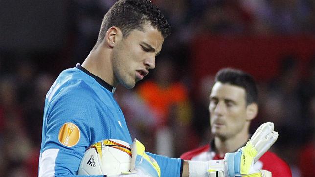 El portero del Sevilla David Soria atrapa un balón en presencia de Aduriz (Foto: EFE)