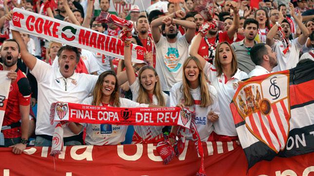 Aficionados sevillistas en la grada del Calderón