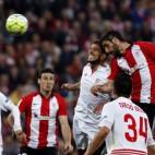 Raúl García remata ante Carriço en el Athletic-Sevilla (Foto: EFE)