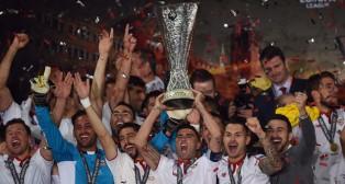 Reyes levanta la Copa de la Liga Europa (Foto: AFP).