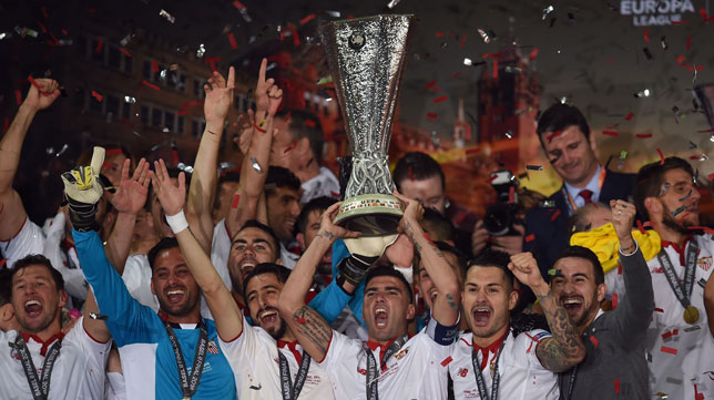 Reyes levanta la Copa de la Liga Europa en 2016 (Foto: AFP)