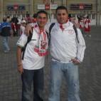 Antonio y David Cruz posan en el Camp Nou antes de la final copera de 2010