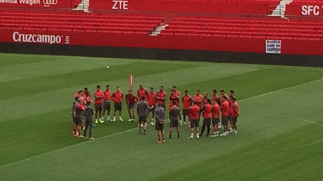 Los jugadores del Sevilla, en el Sánchez-Pizjuán