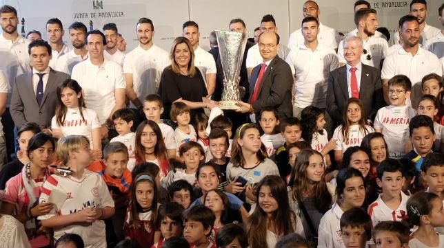 La plantilla del Sevilla posa con el trofeo de la Liga Europa junto a la presidenta de la Junta, Susana Díaz (Foto: Jesús Spínola)