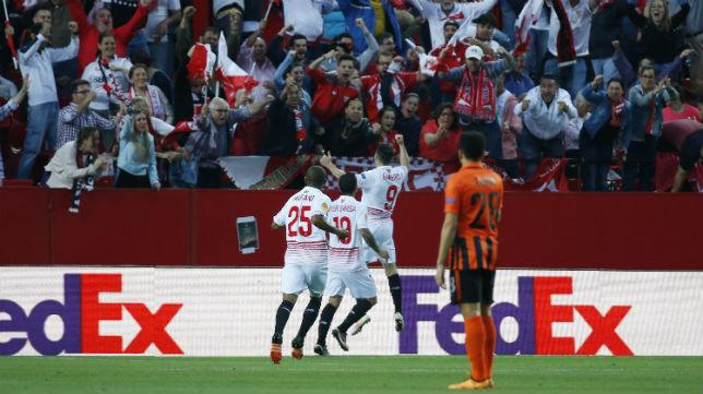 Gameiro, Banega y Mariano celebran un gol en el Sevilla-Shakhtar