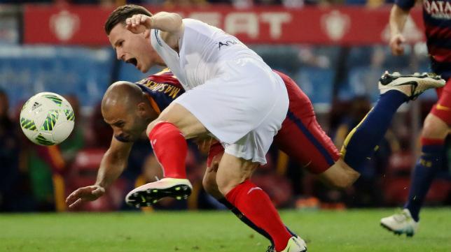 Mascherano agarra a Gameiro en la final de la Copa entre Barcelona y Sevilla FC