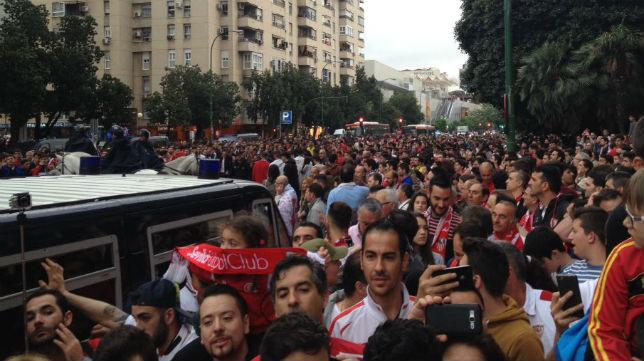 Aficionados del Sevilla esperan la salida del equipo del hotel de concentración